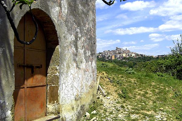 Urig wohnen in der Toskana, im Hintergrund Manciano.