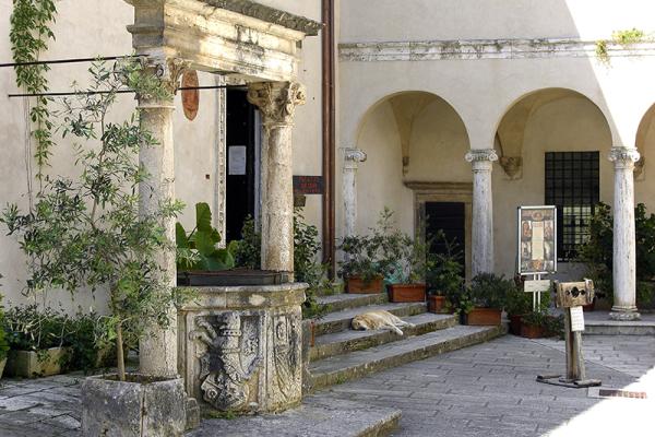 Im Hof des Palazzo Orsini.