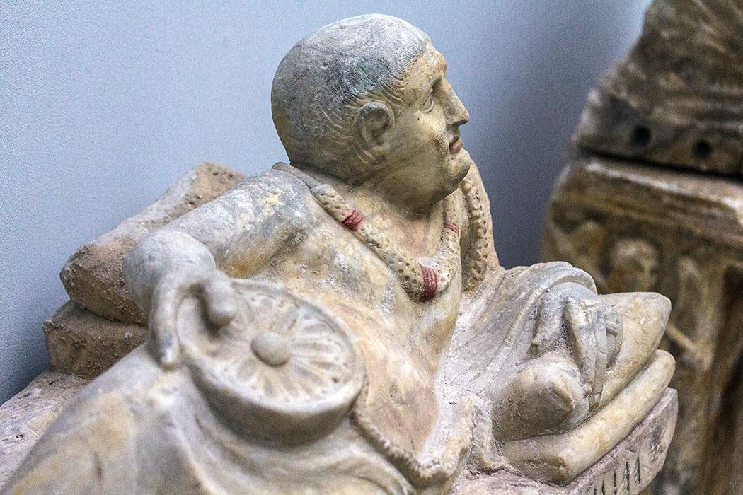 """Die Etrusker. Von Villanova bis Rom, muenchen, Aschenurne für Vel Die etruskische Aschenurne aus Alabaster zeigt den Verstorbenen Vel. Die Inschrift lautet: """"Aschenurne für Vel, Sohn des Vel, Enkel des Arnth."""" Datiert wird das Werk auf das 2. Jahrhundert vor Christus."""