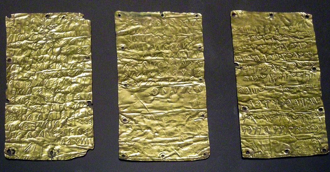 Etruscan_tablets, Pyrgi tablets, wikipedia, Macalla Diese drei Goldbleche aus dem 5. Jhd. v. Chr. wurden in Pyrgi, dem Hafen der etruskischen Stadt Caere (heute Ceveteri), entdeckt. Zwei sind in etruskischer, eine in phönizischer Sprache (rechts) beschriftet. Die Inhalte sind ähnlich, aber im Wortlaut nicht identisch. Den Forschern ermöglichen sie den direkten Vergleich zwischen Etruskisch und Phönizisch. Foto: Wikipedia, Macalla