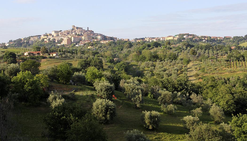Maremma: Eine fast unentdeckte Region im Süden der Toskana - Die Kleinstadt Manciano liegt malerisch auf einem etwa vierhundert hohen Hügel. Bei klarem Wetter reicht der Blick von der Rocca bis zum Meer.