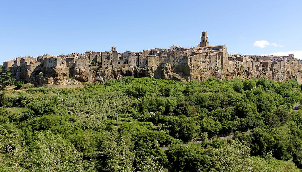 Maremma: Eine fast unentdeckte Region im Süden der Toskana - Pitigliano liegt auf einem hohen Tuffsteinfelsen und ist nur wenige Kilometer von unserem Ausgangspunkt Manciano entfernt. Einer der Sehenswürdigkeiten unserer Reise in dieToskana.