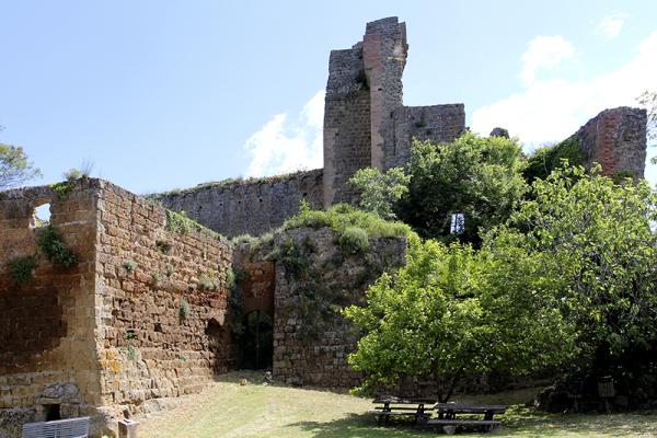 die bizarre Burgruine der mächtigen Grafen Aldobrandeschi.