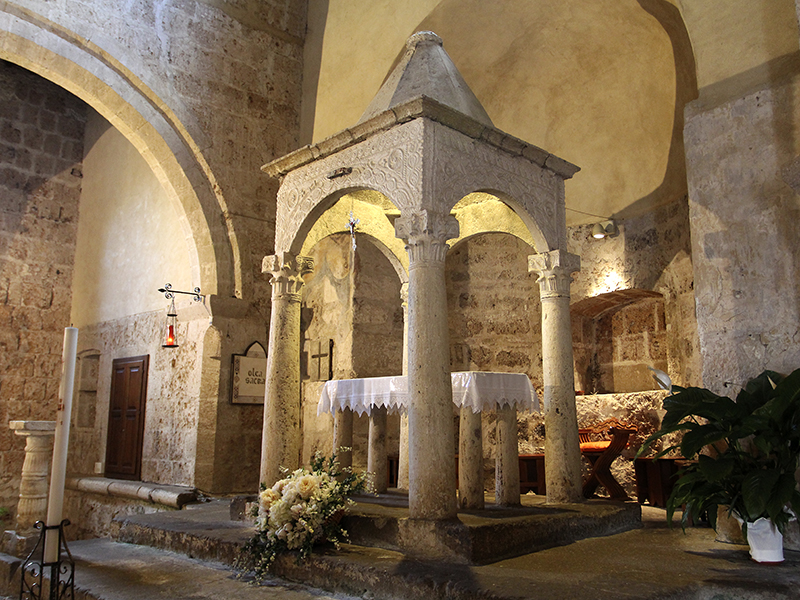Über dem Hauptaltar erhebt sich hier ein seltenes vorromanisches Ziborium aus dem 8. Jahrhundert, einzigartig in der gesamten Toskana.
