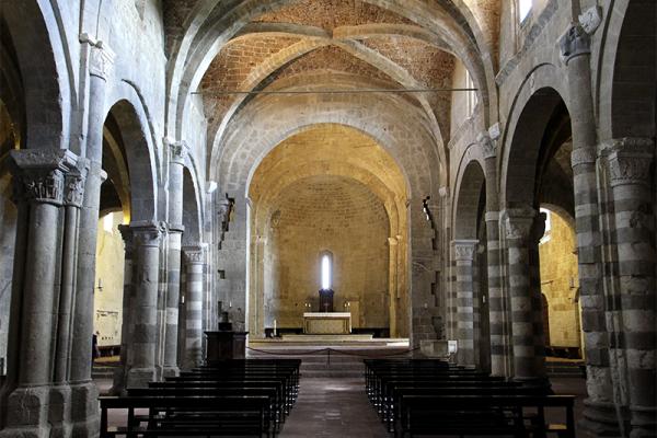 Der Innenraum ist durch einzigartige, jedoch harmonische architektonische Formen geprägt.