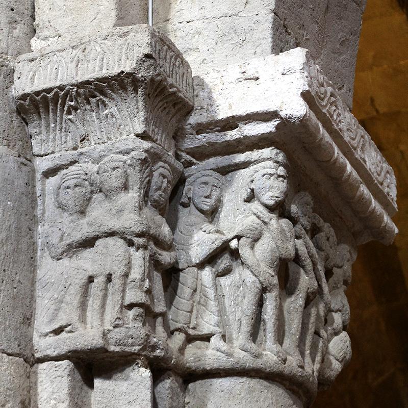 Skulpturen an den Kapitellen sind aus dem 11. Jahrhundert.