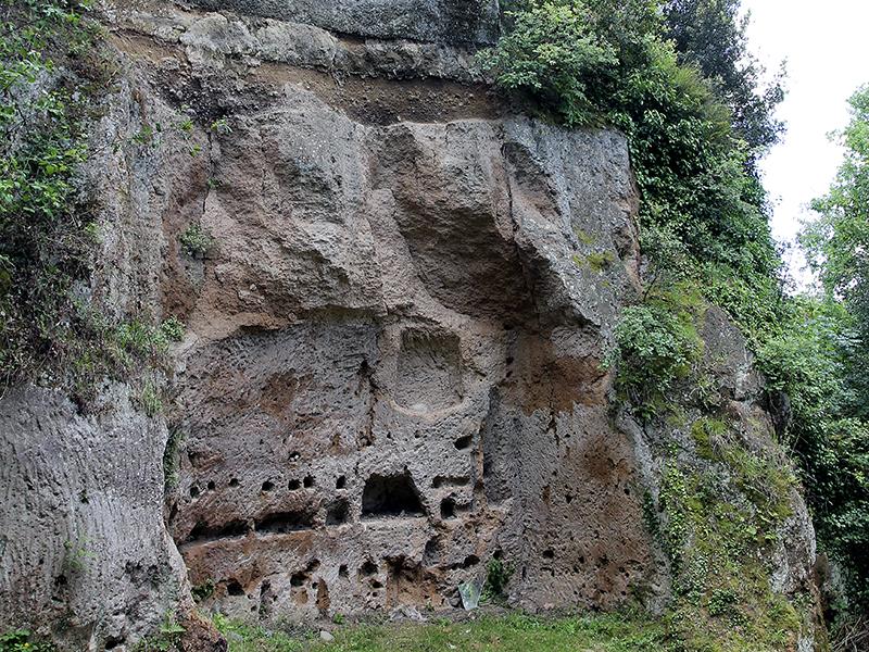 Die kleinen Nischen im Fels werden Columbarien genannt und wurden für Urnen verwendet.