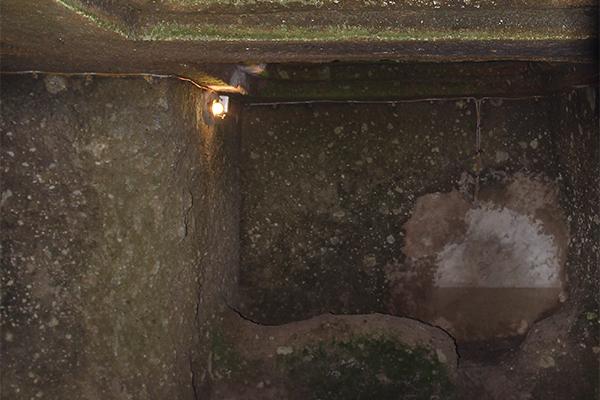 Einer der beiden vorhandenen Grabeingänge führt zur kreuzförmigen Grabkammer hinab. Das Grab wurde für eine sehr bedeutende Person errichtet.