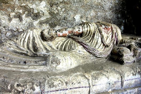 In einigen Gräbern sind noch die Sargdeckel erhalten.