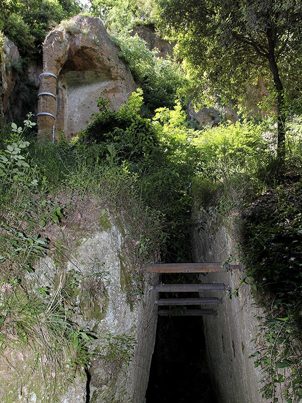 Tomba Pola mit Tempelarchitektur, darunter der Dromos zum Grab.