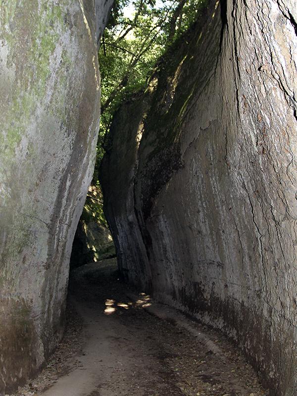 Pitigliano ist umgeben von zahlreichen antiken etruskischen Hohlwegen