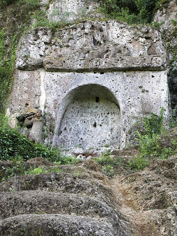 Wer ist die Figur direkt neben dem Grab? Vielleicht ein Wächter.