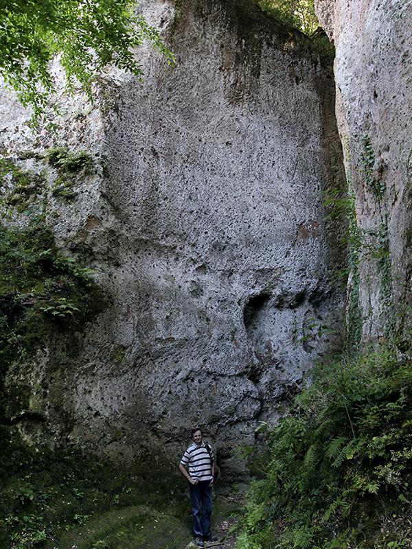 Diese Wege sind teilweise bis zu zwanzig Meter tief und etwa drei Meter breit.