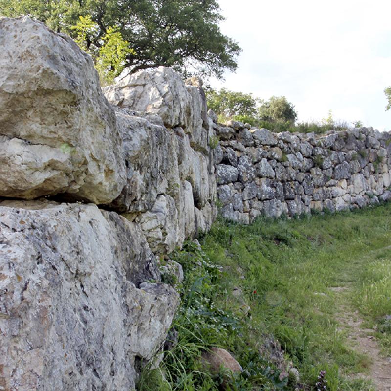 Die beinahe komplett erhaltene etruskische Stadtmauer von Roselle.