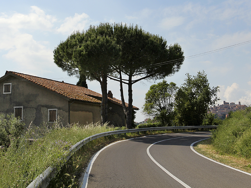 Die Landstraße von Vulci führt durch malerische Landschaft nach Manciano.