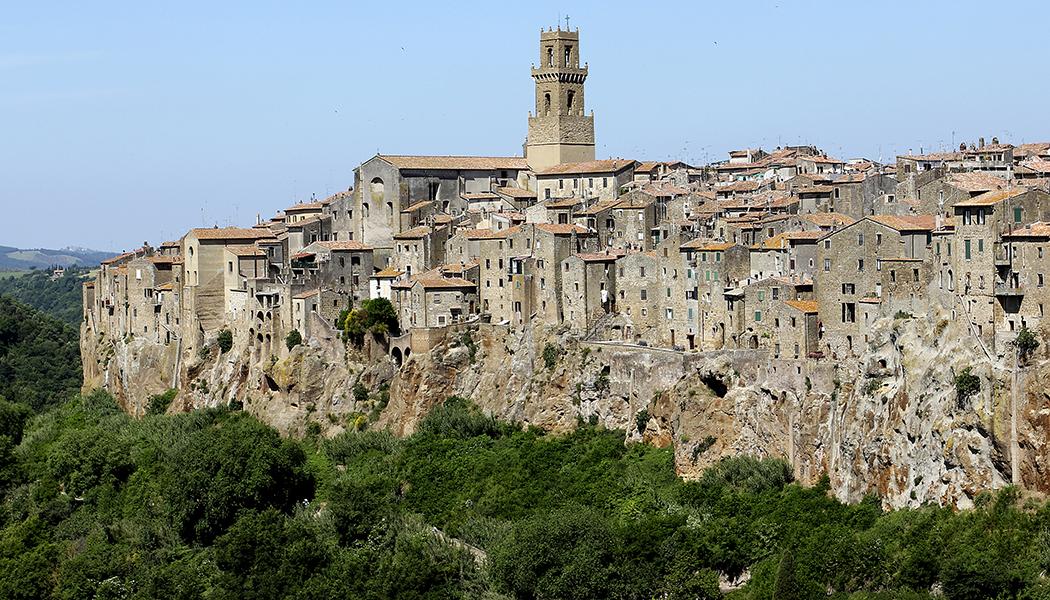 Pitigliano, Sovana und Sorano Die Lage von Pitigliano über steilen Felswänden gehört zu den Eindrucksvollsten Stadtbildern der südlichen Toskana.