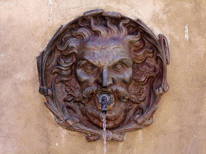 Wasserspeier an der Piazza Petruccioli.