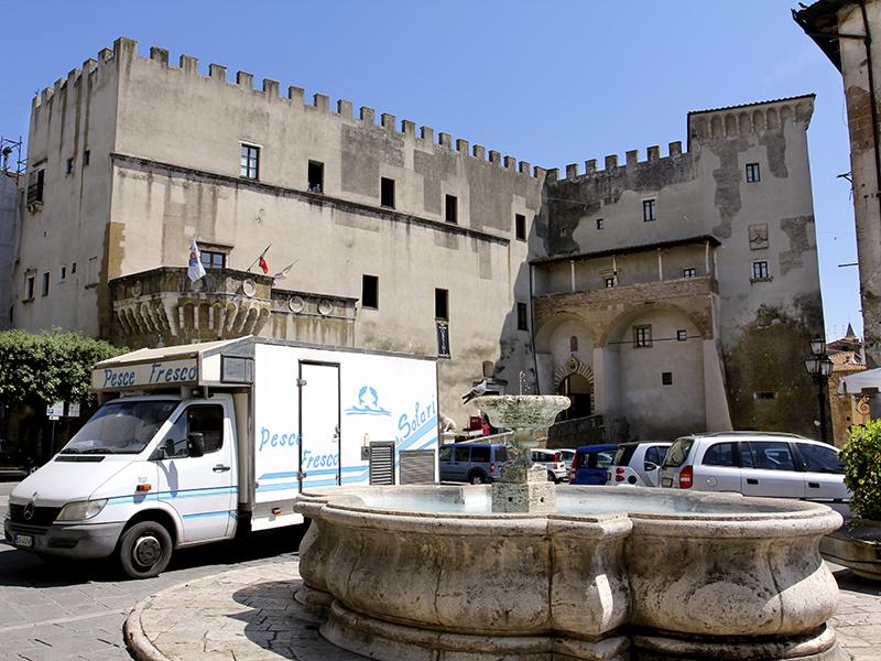 Die Piazza Petruccioli, heute ist der Fischhändler da. Im Hintergrund der Palazzo Orsini.