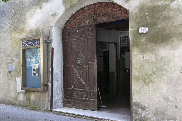 Das Kino von Pitigliano, an den Wänden hängen Poster von Don Camillo.