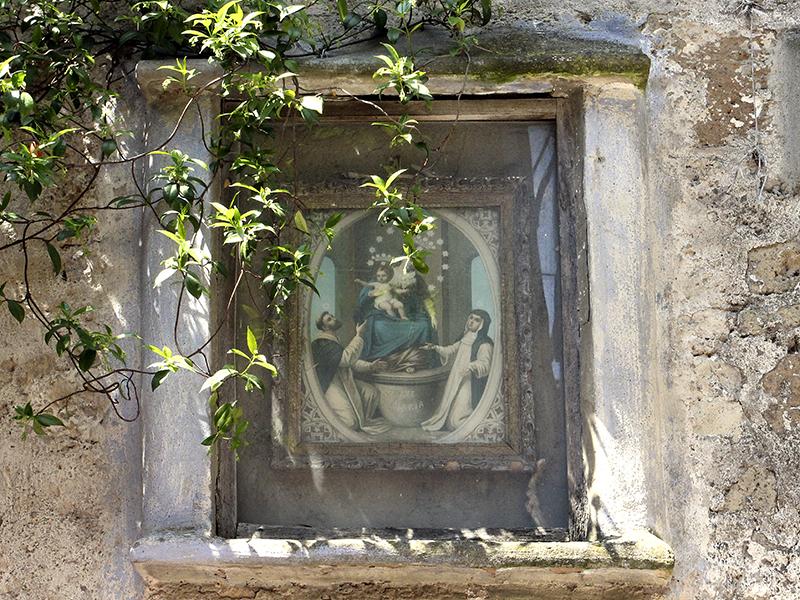Bilder von Heiligen an allen Ecken.