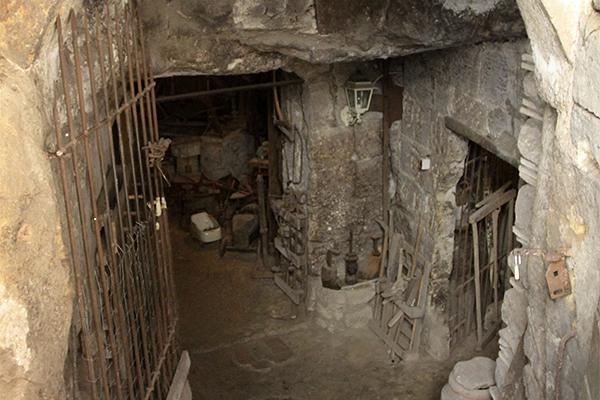 Eingang in einen der uralten Tuffsteinkeller.