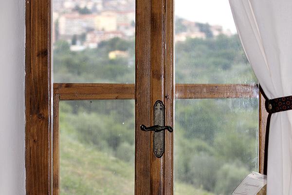Fenster im Wohnraum, im Hintergrund der Blick auf Manciano.