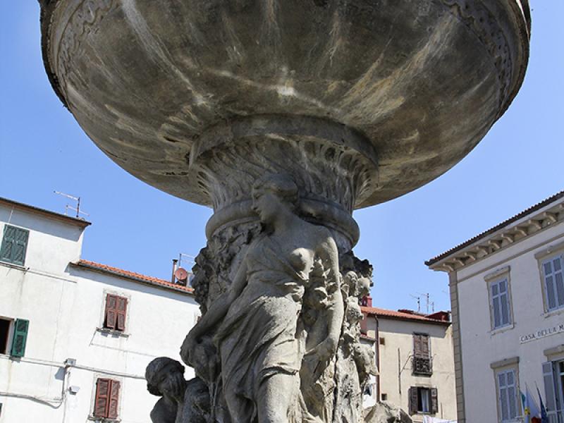 Die Piazza Garibald ist der Hauptplatz unterhalb der Festung mit schönem Brunnen.