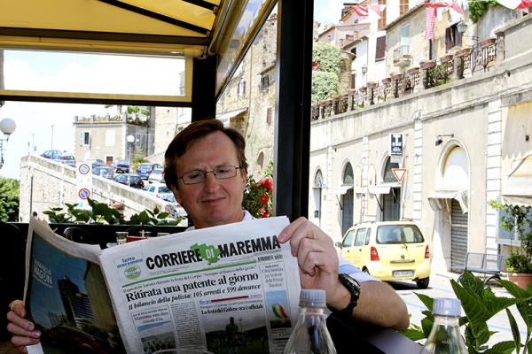 In der Bar Centrale auf einen Espresso und die Corriere della Maremma.