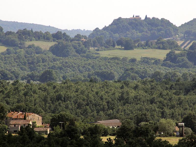 Gutshöfe und kleine Ansitze auf Hügelkuppen - schöne Toskana.