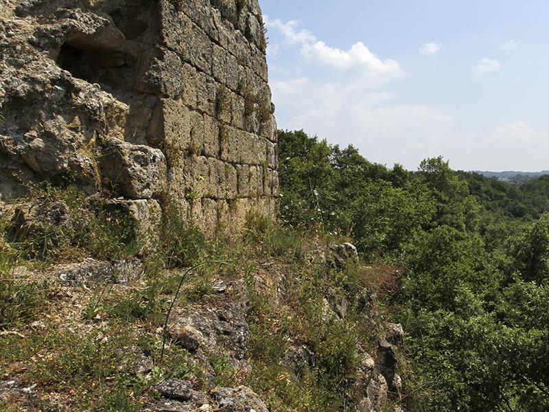 Blick von der Burg nach Sorano (rechts oben).