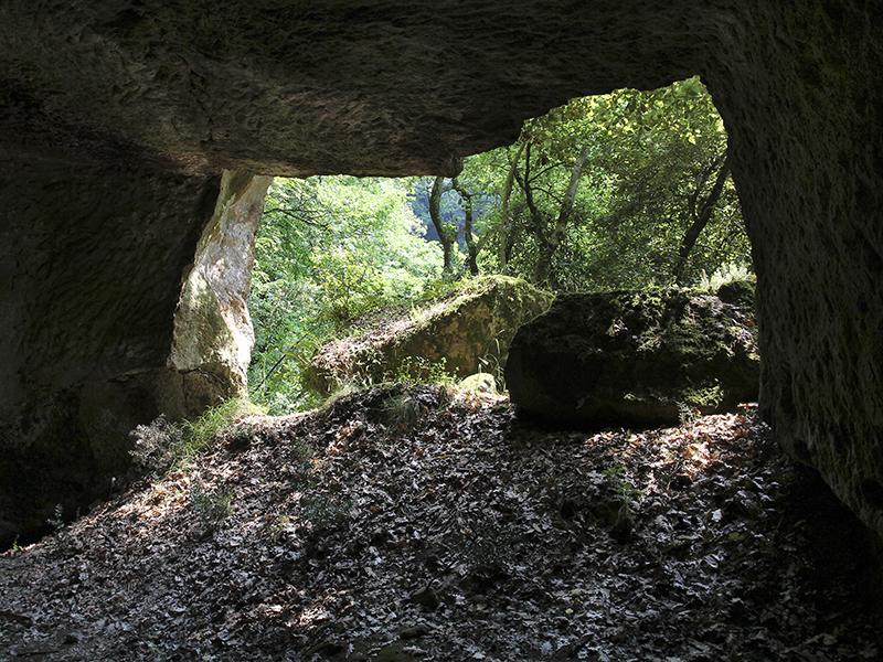 Im Inneren einer Höhle - wahrhaft urig.