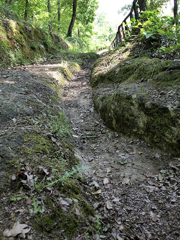 Tiefe Rinnen dienten dem Wasserablauf.