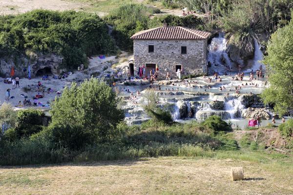 Ein Paradestück: Therme die Saturnia, mit den wildromantischen Sinterterrassen, der Cascate del Mulino.