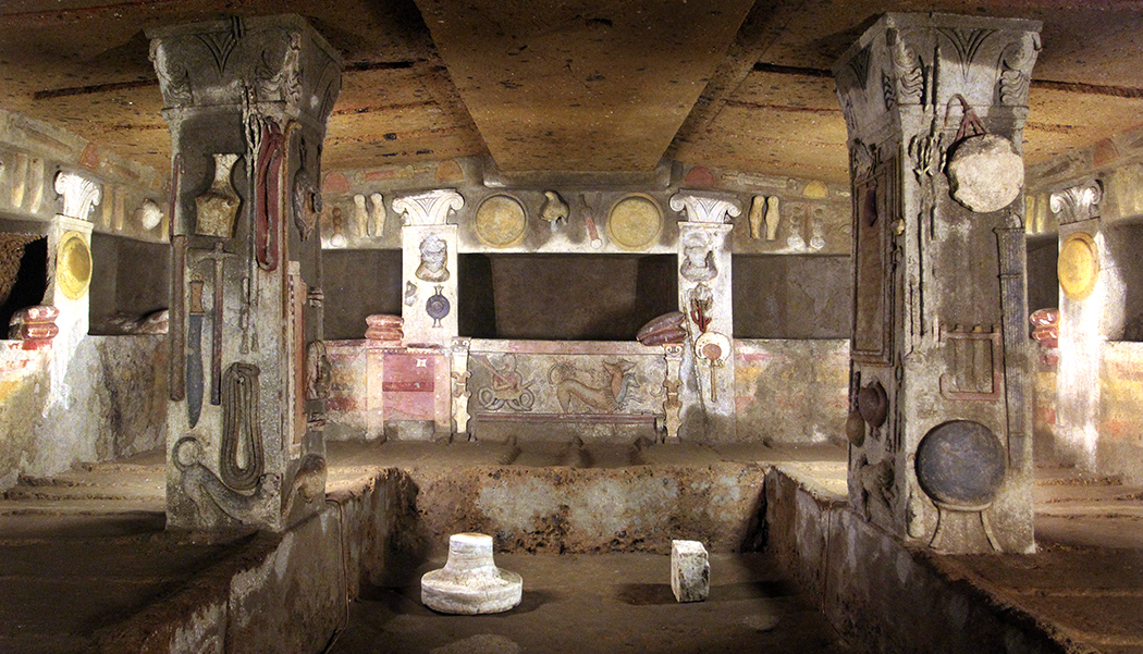 Die Tomba dei Rilievi (4.-2. Jhd. v. Chr.) diente mehreren Generationen als letzte Ruhestätte. Bemalte Stuckrefliefs mit Gegenständen des täglichen Gebrauchs. Banditcaccia-Nekropole, Ceveteri.
