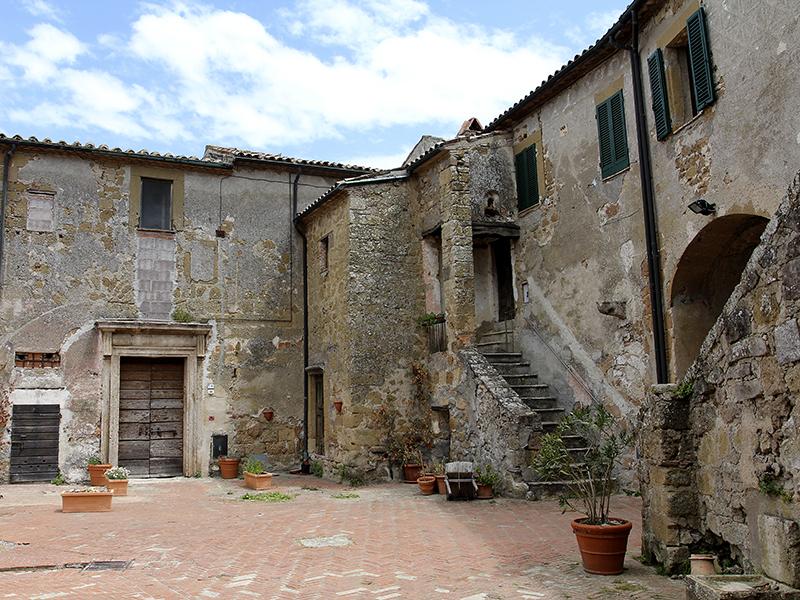 Innenhof der Burg, noch immer bewohnt.