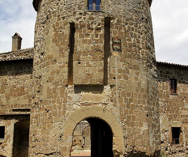 Eingang zur Rocca Orsini, einer aus mehreren Innenhöfen bestehenden Burg.