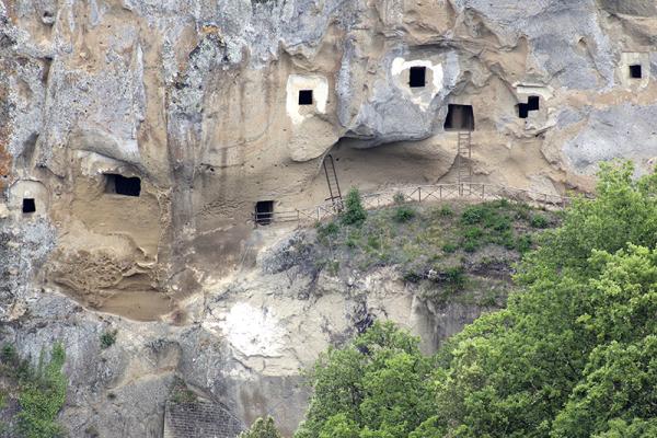 Mit Leitern kann man in die Höhlen hinaufklettern.