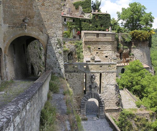 Eines der mittelalterlichen Stadttore von Sorano.