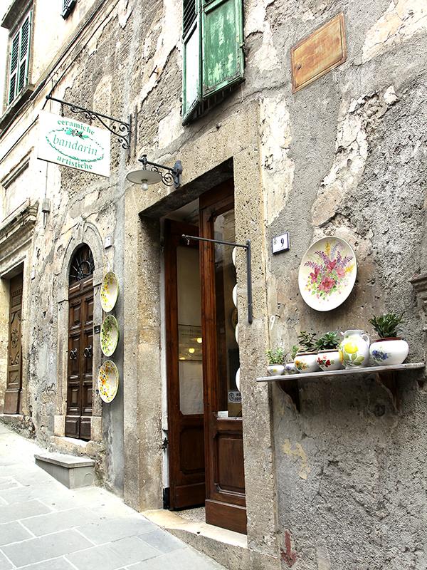 Keramikgeschäft in der Altstadt von Sorano.