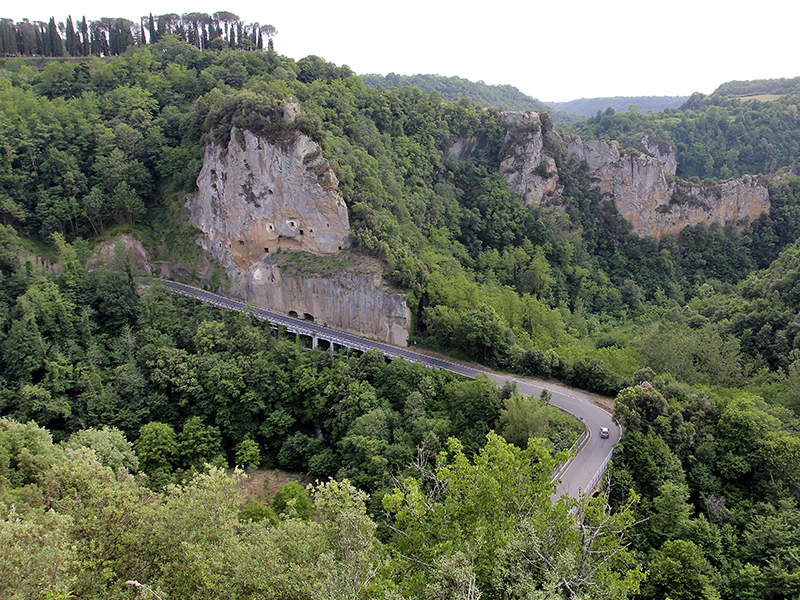 Blick auf die Schlucht und die Felsen mit den Höhleneingängen.