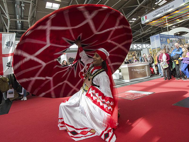 Ein tanzender Derwisch beim Ägypten- und Tunesienstand bringt Stimmung in die Halle.