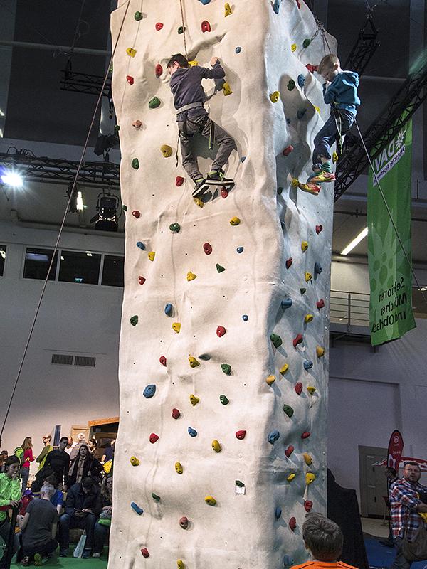 Am Kletterturm können die Besucher ihre Kletterkünste unter Beweis stellen – von Fachleuten gesichert.