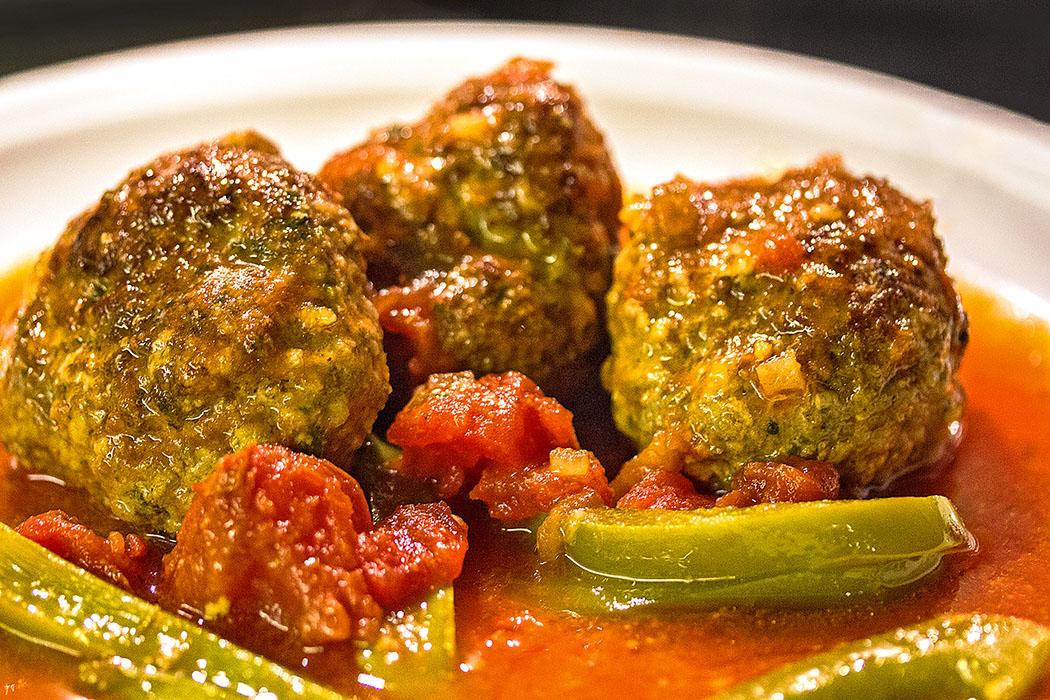 Köfte mit Tomatensauce aus dem Ofen: Izmir Köfte - Würzig und saftig