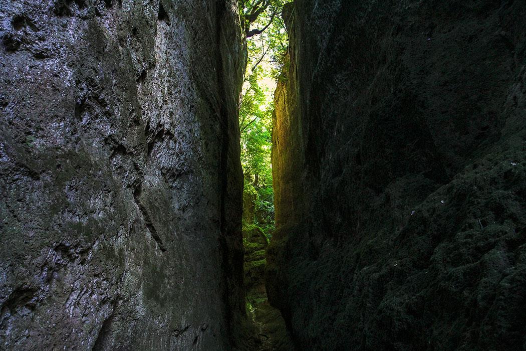 """reise-zikaden.de, Monika Hoffmann, Italy, Tuscany, Alta Maremma, Sovana, Vie Cave. - Pitigliano, Sorano und Sovana sind von einem ganzen Netz Hohlwegen durchzogen die aus etruskischer Zeit stammen. Diese in Tuffstein-Gänge werden Vie Cave genannt und sind über zehn Meter tief. Es ist kühl und still hier, selbst im Sommer. Legenden erzählen, dass es einst """"Heilige Straßen"""" gewesen sind, diese verbanden die Nekropolen der Etrusker mit den Dörfern der Umgebung."""