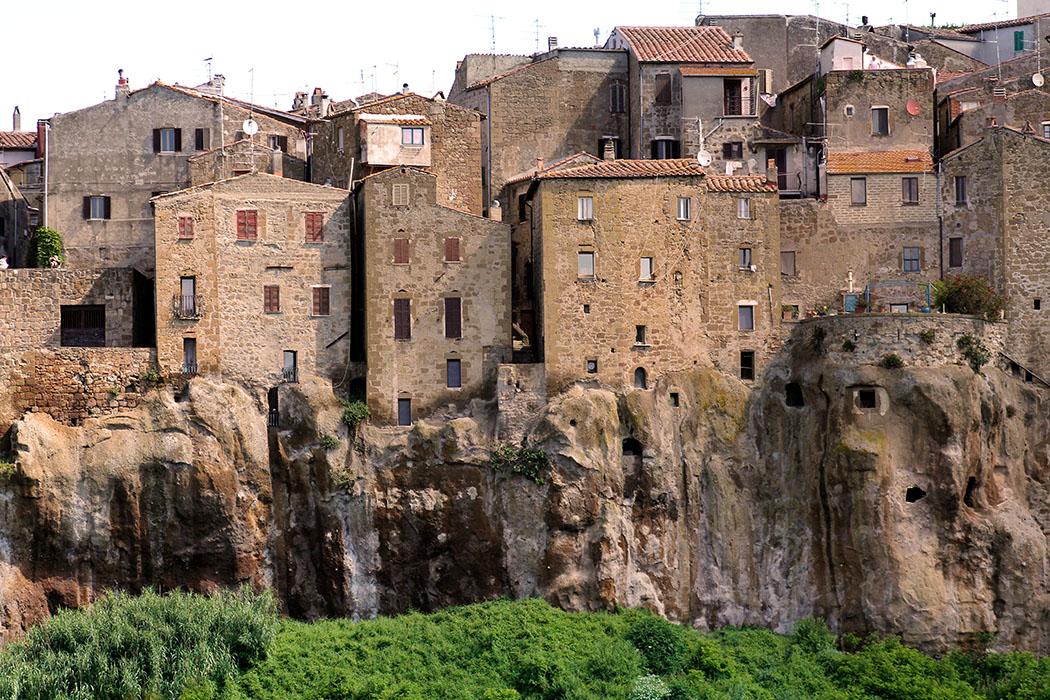 reise-zikaden.de, Monika Hoffmann, italy, tuscany, alta maremma, pitigliano, house, panorama - Pitigliano besteht aus ineinander verschachtelten, in die steilen Tuffsteinwände hineingebauten Häuser, Keller und Höhlen. Durch den Steilabfall der Felsen war ein Großteil der Stadt gut geschützt.