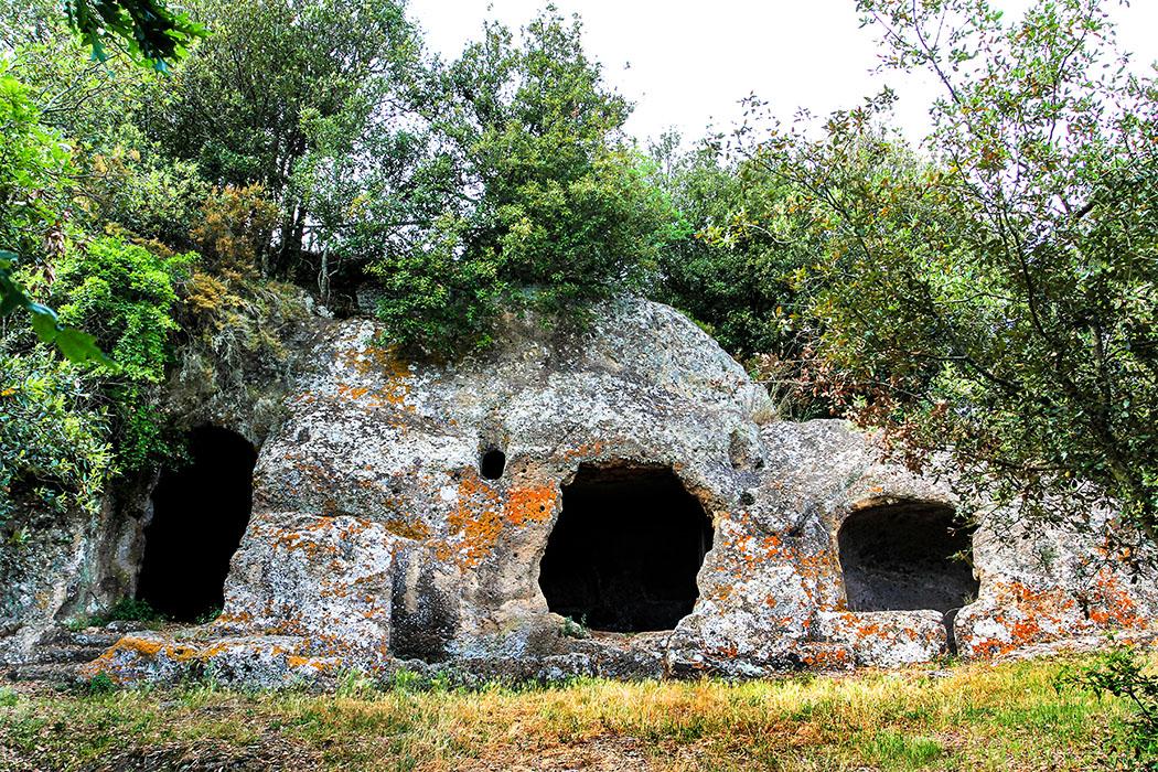 reise-zikaden.de, Monika Hoffmann, italy, tuscany, alta maremma, - Die etruskische Nekropole von San Rocco mit höhlenartigen Kammern liegt malerisch auf einem Felsengrat gegenüber von Sorano.