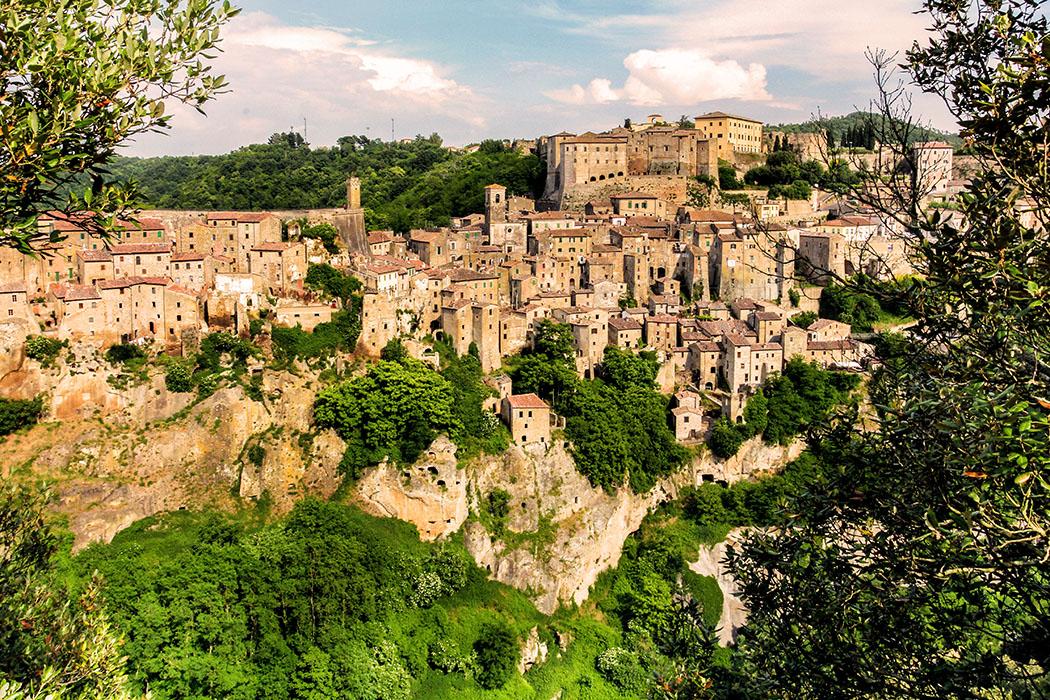 reise-zikaden.de, Monika Hoffmann, italy, tuscany, alta maremma, - Abendstimmung in Sorano: Der Ort bietet mit seiner anmutigen Lage in zerklüfteter Karstlandschaft einen faszinierenden Anblick.
