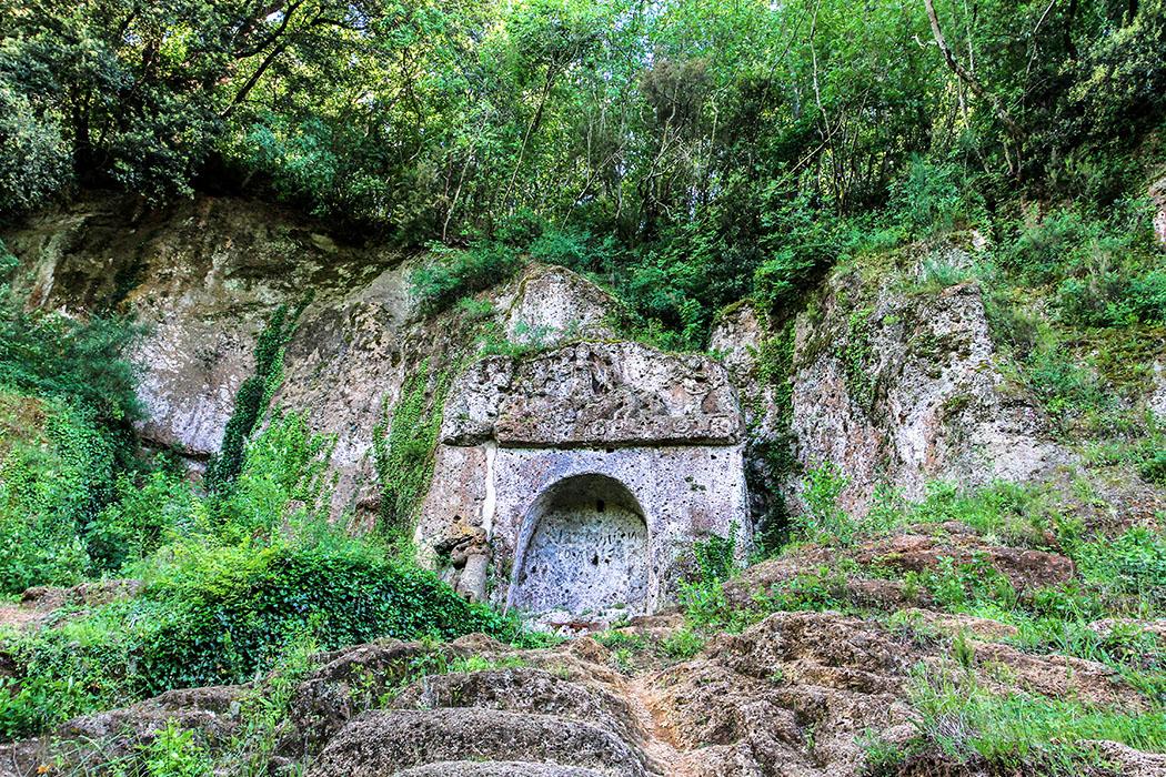 reise-zikaden.de, Monika Hoffmann, italy, tuscany, alta maremma, - Eines der berühmtesten etruskischen Gräber in der Nekropole von Sovana in der Alta Maremma, ist die Tomba della Sirena aus dem 3. Jhd. v. Chr.