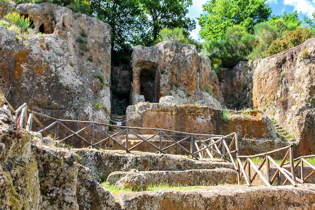 reise-zikaden.de, Monika Hoffmann, italy, tuscany, alta maremma, sovana, etruscan, tomba ildebranda - Die Tomba Ildebranda bei Sovana ist ein Tempelgrab und einzigartig in der etruskischen Kunst, es wurde im 3. Jhd. v. Chr. erbaut. Hier wurde ein Tempel mit Säulen aus dem Felsen gehauen, mit Stuck überzogen und außen und innen bemalt. Vermutlich wurde hier ein etruskischer König bestattet.
