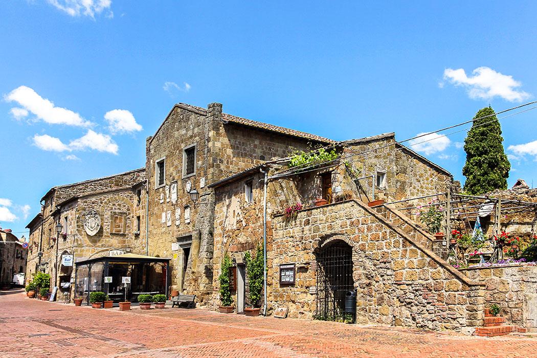 reise-zikaden.de, Monika Hoffmann, italy, tuscany, alta maremma, - Die Piazza Pretorio stellt das Zentrum von Sovana dar. Das vom rotbraunen Tuffstein geprägte, mittelalterliche Ortsbild stammt überwiegend aus dem 13. Jahrhundert.
